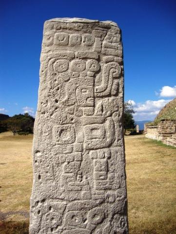 Prêtre exprimant le glyphe de la parole, stèle de pierre, Monte Alban, Oaxaca