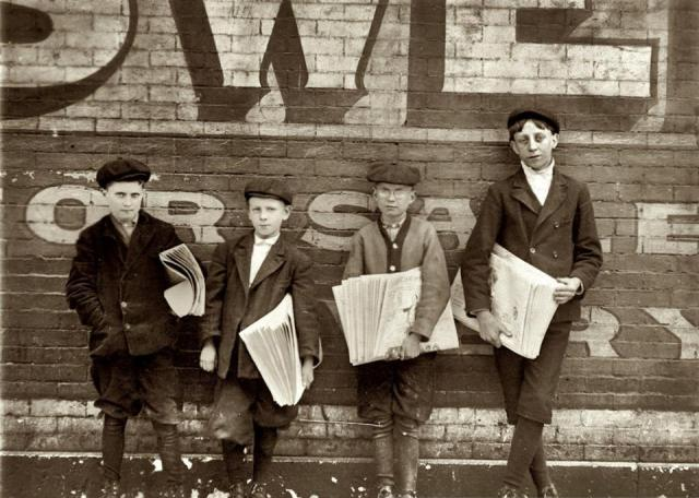 4 jeunes vendeurs journaux - Lewis Hine