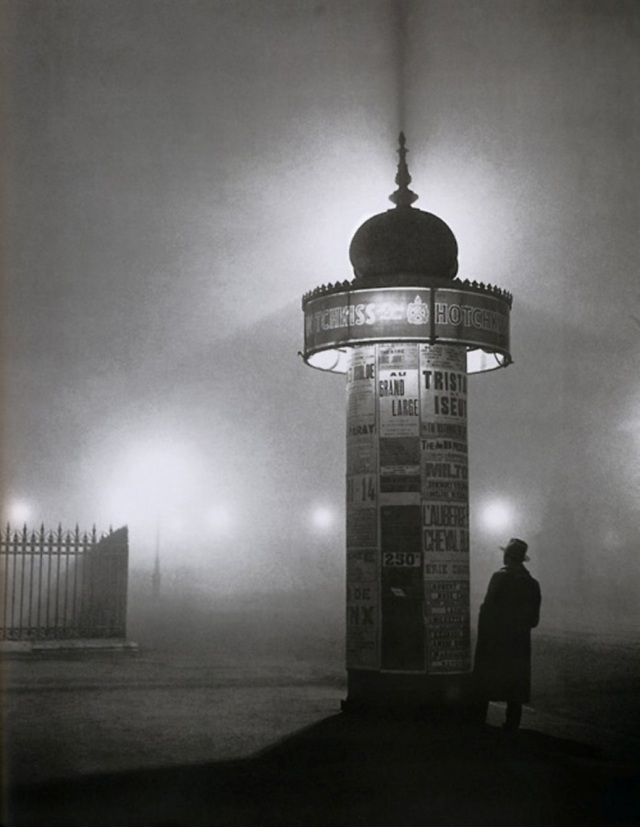 Brassaï ~ Une colonne Morris dans le brouillard, Avenue de l'Observatoire, Paris, 1934