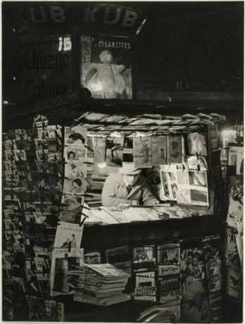 Kiosque a journaux Paris 1930-1932 Brassaï)