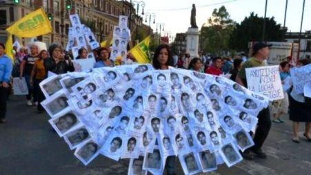 Marchan en México por la desaparición de normalistas de Ayotzinapa