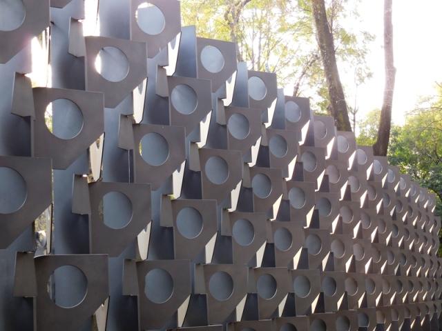 Muro de Calaveras, Celosía escultórica de Manuel Felguérez, 2009 (70 aniversario de la fundación del Instituto Nacional de Antropología e Historia)